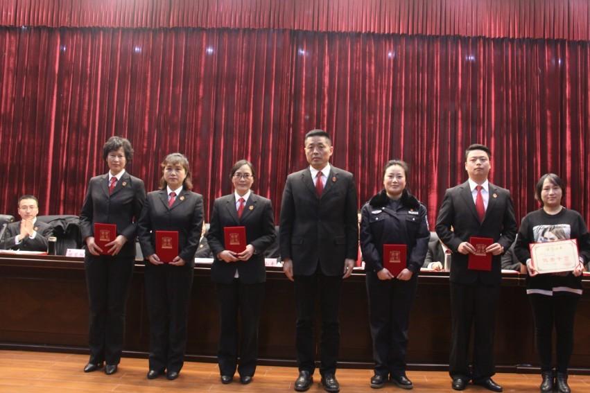 游仙法院召开2019年度总结表彰大会(为先进个人颁奖)_conew1.jpg