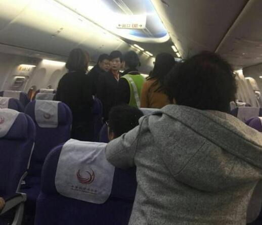 图片来自网友微博截图 眼看飞机就要起飞,因精神病患者的出现,令机舱气氛陡变。随后,多名空乘人员赶来,让已经就座的乘客更加紧张。11日晚间,这一幕发生在上海浦东机场一架上海飞往长春的MU9159航班上。   当日,MU9159航班延误了近一个小时。 按有关规定,癫痫等各种精神病人,因航空气氛容易诱发疾病急性发作,一旦精神失控,将危及航空器及其他旅客安全,因此不宜乘坐飞机。 长春乘客因患有精神类疾病   被空乘人员要求下飞机   11日21时36分,微博网友爆料,由上海飞抵长春的MU9159航班,因有精神疾