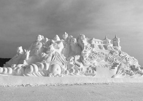 主雪雕《领航》正在加紧制作中。宋莉 摄  《八仙过海》惟妙惟肖。 孙娇杨 摄   冬日的长春,随处是景。落雪的建筑是景,街边的彩灯是景,净月潭里的雪雕更是景。每年冬天,唯美、壮观、漂亮的净月雪世界都是长春冬季里的一道热门景观,主雪雕更是雪雕中的美中之美。告诉大家一个好消息,大家最期待的净月雪世界主雪雕已经完成堆雪工作正式开雕了,预计20日左右可以完成雕刻。   2019年净月雪世界,总占地60万平方米,包括冰上游乐场所和雪雕展示部分。其中冰上游乐场所占地面积52万平方米,雪雕展示部分占地面积8万平方米,